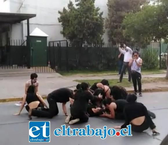 Un grupo de jóvenes se apostaron frente a Carabineros de San Felipe, donde realizaron una manifestación artística, siendo dispersados por Carabineros mediante bombas lacrimógenas.