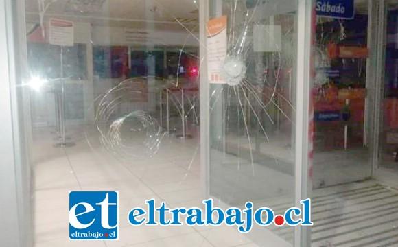 La oficina de ServiEstado de Calle Santo Domingo fue apedreada por manifestantes.