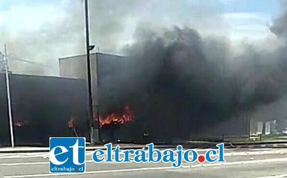 Encapuchados incendiaron las oficinas administrativas del Peaje Las Vegas de Llay Llay.