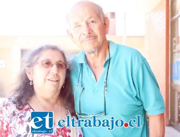 Aquí lo vemos en compañía de su esposa Jacqueline Figueroa.