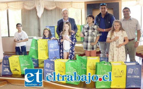 A los ganadores se les entregó un kit que consiste en tres bolsas separadoras de residuos, para que puedan reciclar por categorías: papel, vidrio y cartón, y facilitar su traslado a los puntos limpios.