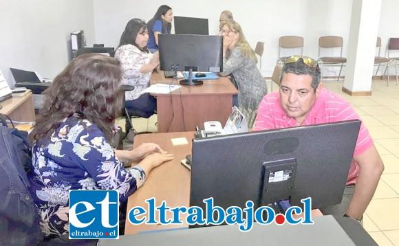Los participantes utilizaron el voto electrónico en los cinco puntos habilitados para este efecto: Dirección de Desarrollo Comunitario, Municipalidad de San Felipe, Centro Ayecán, Escuela 21 de Mayo y Biblioteca Curimón.