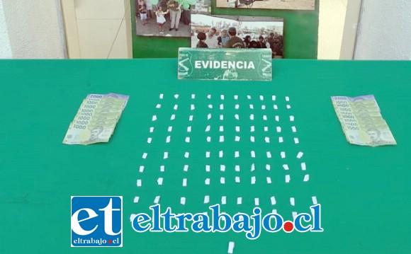 Personal del OS7 de Carabineros Aconcagua incautó los papelillos de pasta base de cocaína desde el domicilio de los imputados en la población Los Araucanos de San Felipe. (Fotografía Referencial