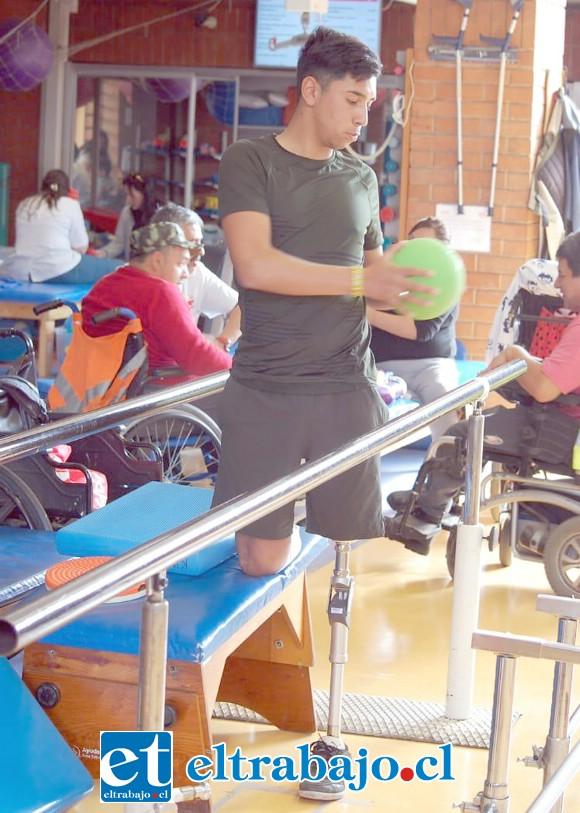 Santiago Poblete Arredondo, exalumno del Liceo Industrial de San Felipe, lucha por volver a caminar y ser el deportista que tanto anhela.