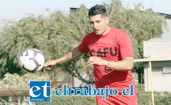 Víctor Morales llega para afirmar la línea defensiva albirroja.