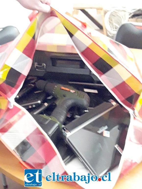 Los desconocidos entraron y se llevaron tres computadores nuevos, de alto costo, además tenían en bolsas varios otros aparatos en condiciones de llevárselos.