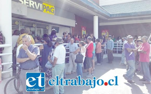 Largas horas debieron esperar los adultos mayores. Afortunadamente desde el supermercado Santa Isabel ofrecieron vasos de jugo y trozos de torta a los afligidos pensionados.