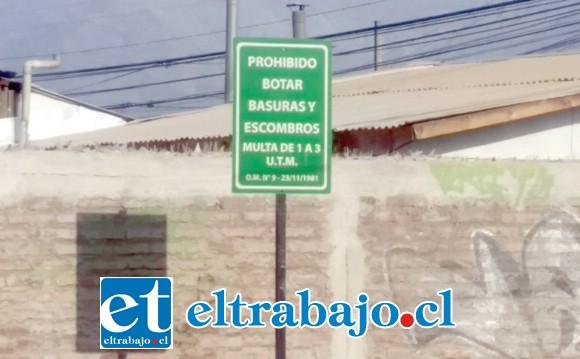 El letrero instalado con la advertencia de No Botar Basura, convertido en mudo testigo de los inconscientes que arrojan desperdicios en el lugar.