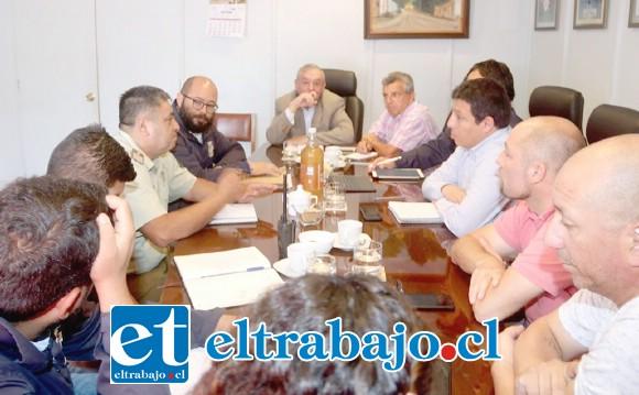 Carabineros, concejales y municipalidad de Putaendo durante la reunión sobre la Chaya.
