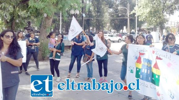 Las educadoras de párvulos volvieron a protestar ayer en la plaza cívica de San Felipe.