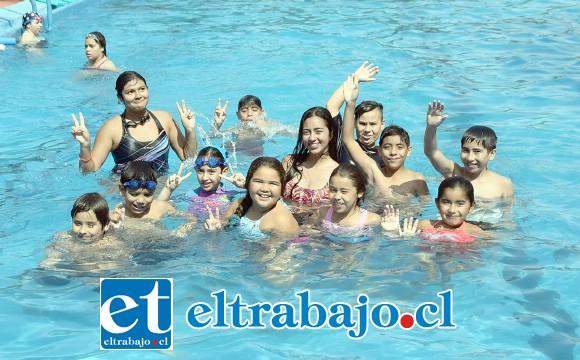 PATITOS AL AGUA.- Las cámaras de Diario El Trabajo captaron ayer a estos pequeñitos aprendiendo a nadar, los profesores en todo momento estuvieron al tanto de los pequeños.