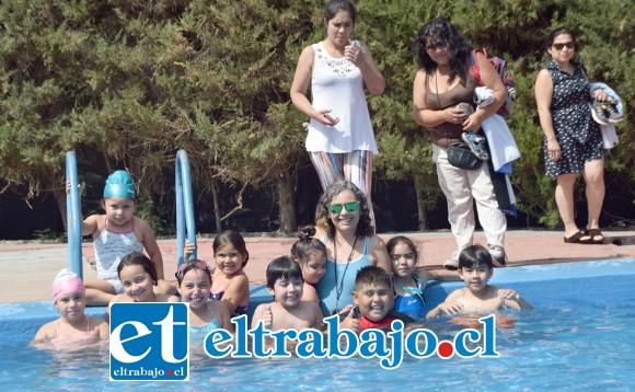 PIEDRAS INQUIETAS.- Los más chiquititos (Piedra) hacen su curso en una piscina hecha para su estatura y condición de destrezas.