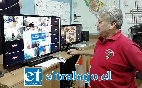El administrador Hernán González Figari, revisando las cámaras de seguridad.