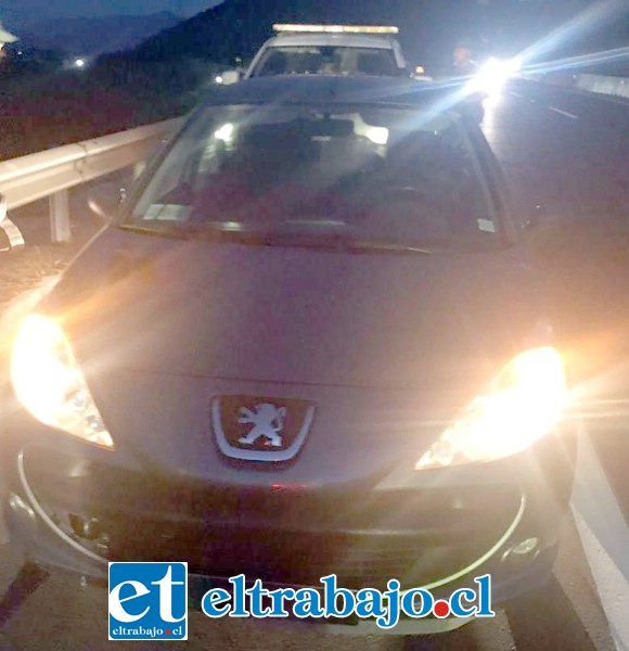 El vehículo marca Peugeot fue encontrado por Carabineros en el sector de Ocoa tras ser utilizado por los delincuentes, el cual mantenía encargo por robo en Santiago.