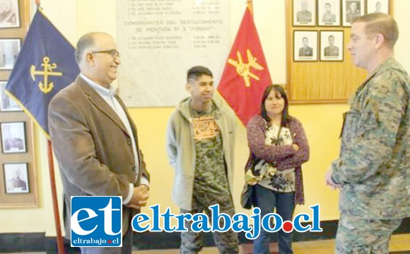El concejal junto al joven Antonio, madre y el Comandante del Yungay, Patricio Ochoa.