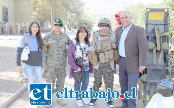 Antonio vestido de militar junto a familia, concejal y militares.