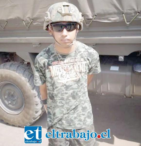 Antonio vestido de militar.