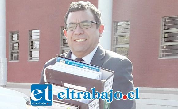 El Fiscal Benjamín Santibáñez trasladando los archivos donde se encuentran los antecedentes del asalto.