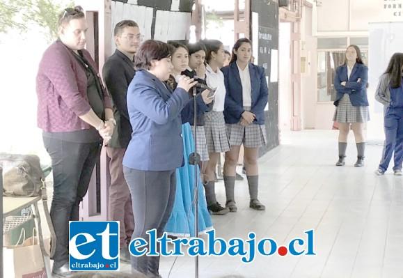 Las alumnas se reunieron en uno de los pabellones donde se realizó un acto artístico cultural que contempló música y la caracterización de una alumna de tercer año medio como Corina Urbina Villanueva.