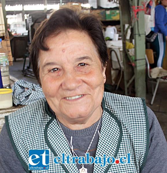 Eliana Salinas, feriante: «Desde hace casi 30 años vendo frutas aquí, creo que las ventas han mermado desde que llegó la Pandemia».