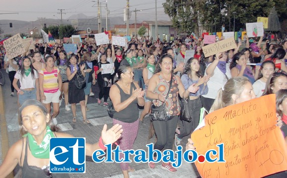 MULTITUDINARIA VOZ.- Muy potentes fueron las voces que de las mujeres aconcagüinas se oyeron durante las dos jornadas 8M del domingo y lunes en las calles de San Felipe.