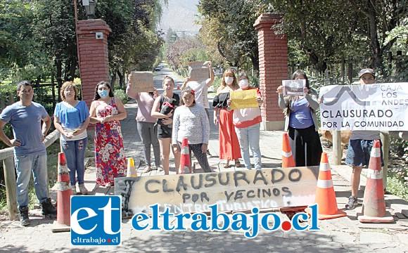 VECINOS PRESIONAN.- Ellos son parte de los vecinos que ayer bloquearon la entrada al Centro Turístico Palomar, en Panquehue, exigiendo su cierre inmediato.