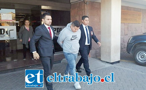 Uno de los imputados saliendo del cuartel de la PDI en Los Andes.