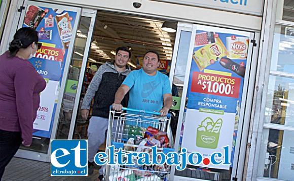 HARTAS COMPRAS.- Así se comportó hoy la clientela en supermercado Líder de Tocornal, la gente llevó lo que necesita.