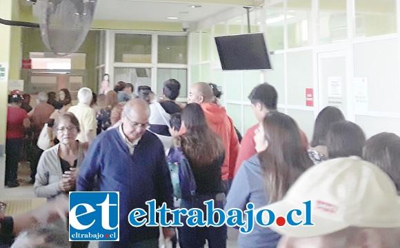Gran aglomeración se vio ayer al interior del consultorio de Cajales.