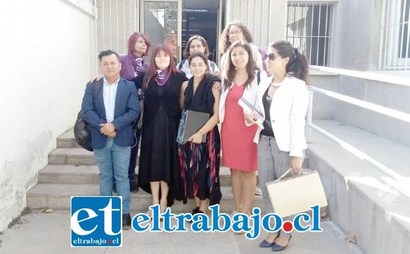 En la imagen vemos a las mujeres que acompañaron a la demandante, junto al concejal José Vergara, a la salida del tribunal.