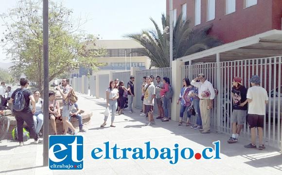 Un grupo de personas esperaba en las afueras del Tribunal de Garantía de San Felipe a los detenidos, quienes quedaron en libertad al ser declarada ilegal la detención.