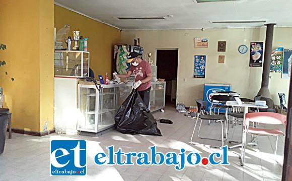 Personal del club procede a limpiar el desorden dejado por los antisociales que se llevaron alrededor de un millón de pesos en dinero y especies.