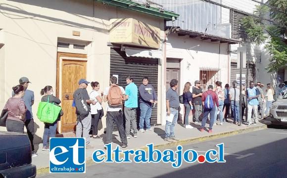 Personas despedidas haciendo fila ayer en la mañana para iniciar el trámite del cobro del seguro de cesantía.