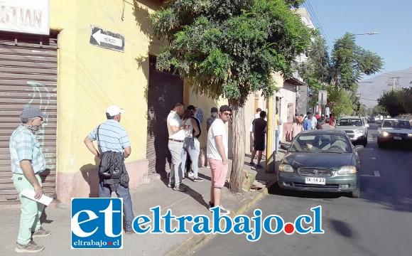 Hasta calle Navarro llegaba la fila de personas que iban a realizar trámites del seguro de cesantía.