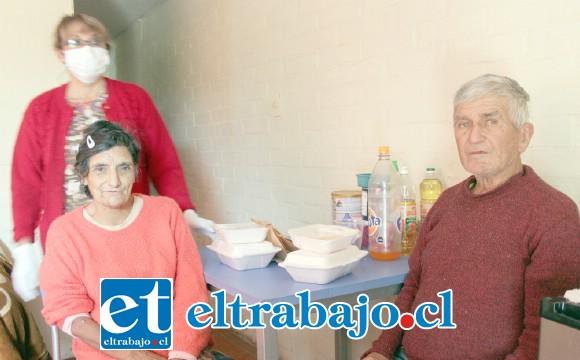 NO ESTÁN SOLOS.- Ellos son dos de los adultos mayores beneficiados con este programa municipal de alimentación y acompañamiento.