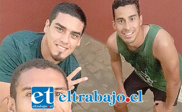Junto a otros dos compañeros, Héctor Vega (al centro) está a la espera de un vuelo que le permita salir de Nicaragua.
