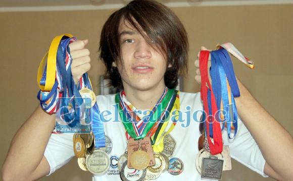 ABRIENDO SU CAMINO.- El joven Abner Vidal muestra a Diario El Trabajo sus muchas medallas ganadas en atletismo, disciplina deportiva que le ayuda a superar las consecuencias del Asperger.