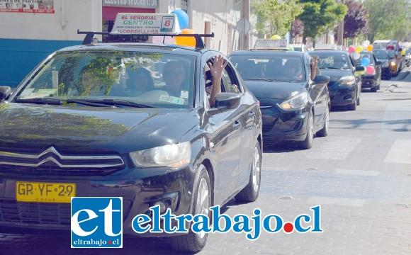 Los conductores de taxis colectivos también se han visto afectados por la baja en el transporte de pasajeros debido a la pandemia. (Archivo).