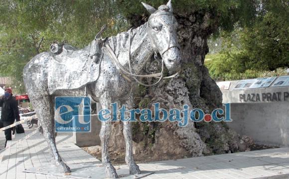 SIMBÓLICO EQUINO.- Aquí vemos la obra del escultor Sergio León, al pie del mítico pimiento tan apreciado por los putaendinos.