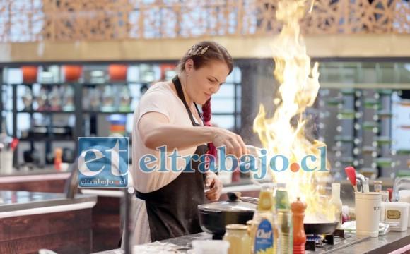 EL ARTE REAL.- Aquí tenemos a la reinventada Natalia, participando activamente en el programa de Canal 13 Máster Chef.