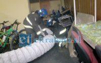 EXTRAYENDO GASES.- Los bomberos con diligencia lograron extraer los gases emanados de la estufa, además de los residuos de los extintores usados.