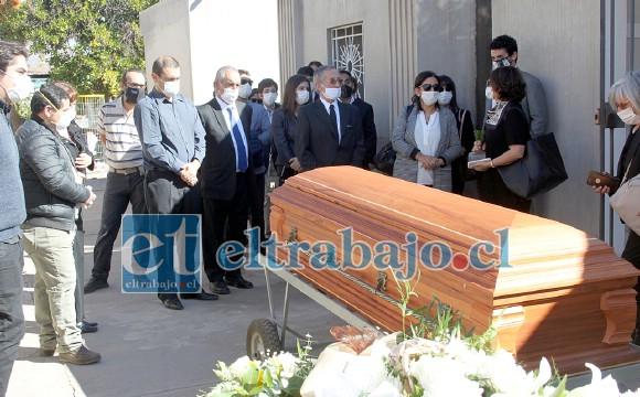 UN RECUERDO.- Con solemne discreción y mucho cariño fue despedido al Oriente Eterno, el querido abogado sanfelipeño en el Cementerio Municipal, en Almendral.