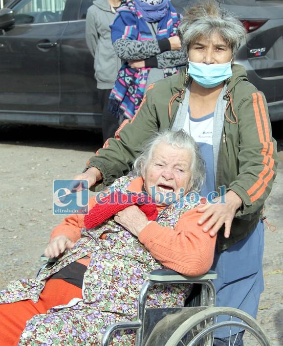AMADO POR SIEMPRE.- Doña Enriqueta, una vecina y amiga de Lorenzo, no soportó la angustia y estalló en llanto cuando llegó la carroza.