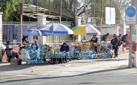 ¿QUIÉN RESPONDERÁ?- Así lucía ayer este mercadillo de los haitianos, a nivel municipal no pudimos conocer si tienen o no permiso para funcionar, y tampoco quién los supervisa a nivel sanitario.