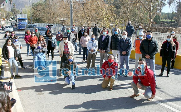 EN MARCHA BLANCA.- Aquí vemos a los vecinos de Tierras Blancas y las autoridades como la diputada Camila Flores, el alcalde Patricio Freire, el Seremi Raúl Fuhrer Sánchez, posando satisfechos en el nuevo puente de Tierras Blancas.
