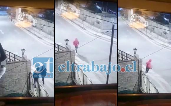 En la imagen se puede apreciar a la pareja caminando tranquilamente, seguidos posteriormente por un sujeto que al poco rato reaparece corriendo con el arma en su mano derecha.