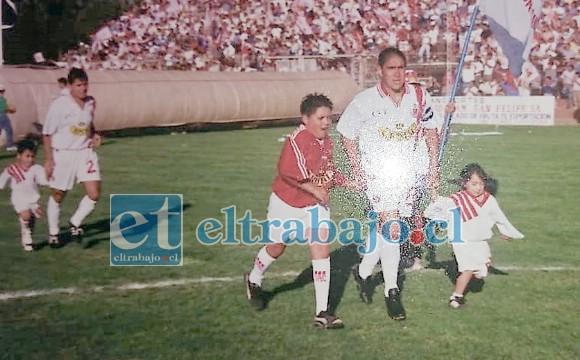 Héctor Roco entrando al campo de juego del Municipal en el partido final del año 2000.