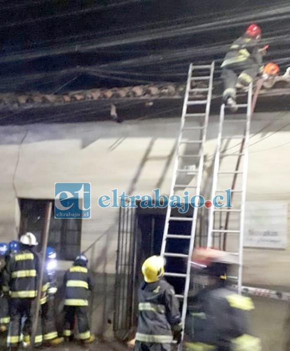 Personal de Bomberos trabajando en extinguir el incendio en calle Navarro de San Felipe.