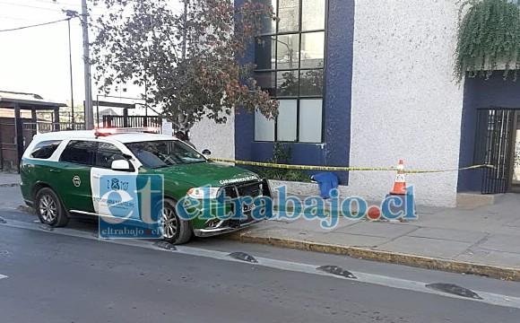 El cuerpo cubierto con una lona de color azul en el edificio del IST de San Felipe.