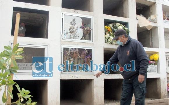 NICHOS COVID.- Miguel Ávila Cruz, del Cementerio Municipal de San Felipe nos muestra los nichos provisorios de fallecidos por Covid en la noche.